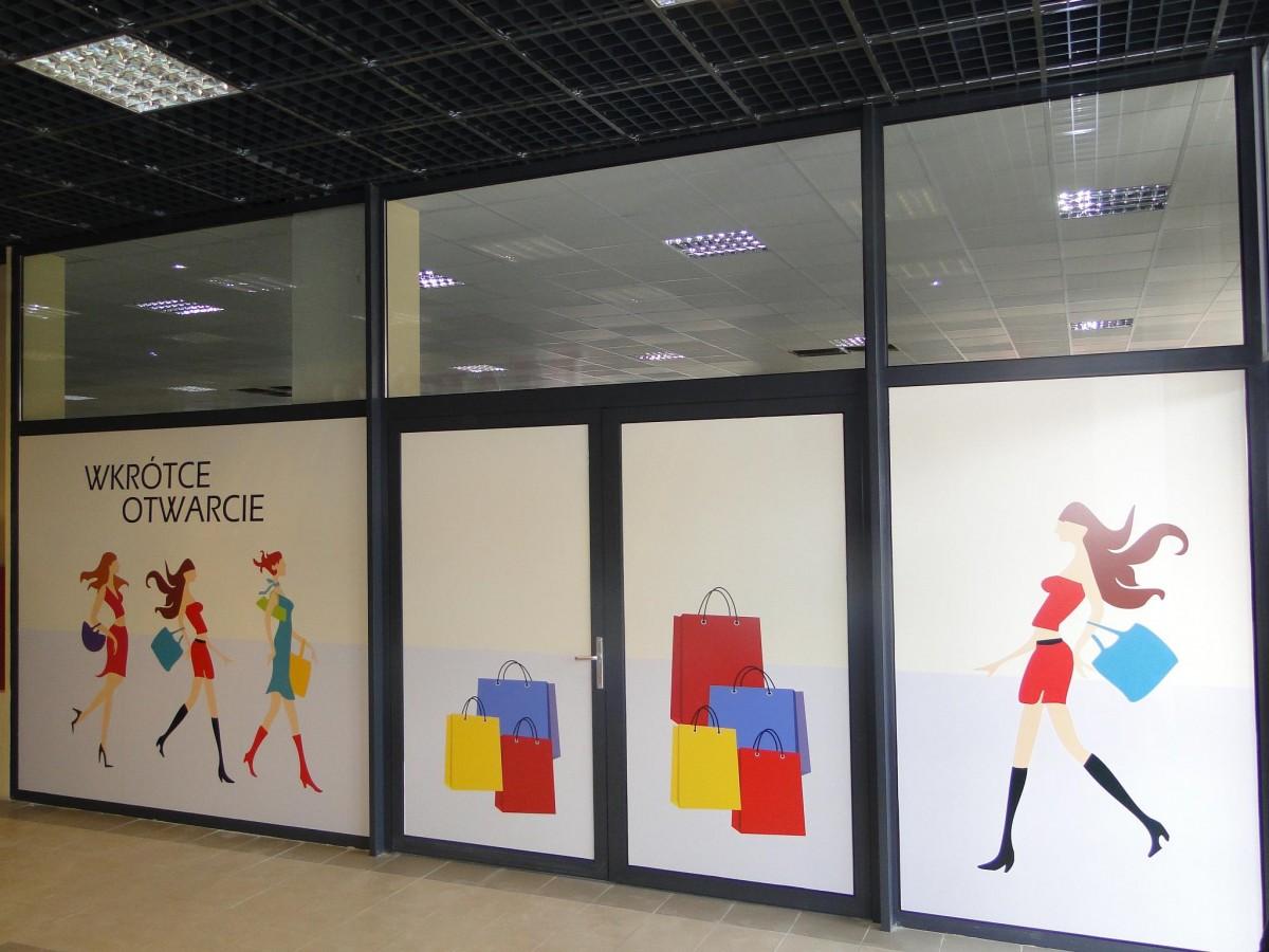 folia samoprzylepna reklamująca sklep z odzieżą