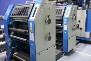 drukarnia wielkoformatowa w trakcie pracy